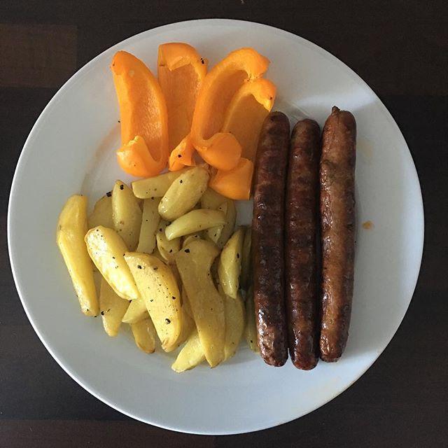 Abendessen. Paprika und Kartoffeln aus dem Ofen und Merguez. Nicht auf dem Bild: ein Salathaufem. Und ein Glas Wein.  718kcal ( hab den Tag über Kalorien gespart 😀)🥑🥑🥑#teamfiliiinchen #gemeinsam2017richtungsommer #gemeinsam2017RichtungZiel #projektstahlarsch #teamfettlogikfrei2017 #fettlogiküberwinden #kalorienzählen #abnehmen #fitnotfat #weightloss #weightlossjourney #fitfam #abnehmtagebuch #abnehmenmitgenuss #flü #abnehmmotivation #abnehmenmitgenuss #healtylifestyle #abnehmreise #fitbitcharge2 #fitbit #fitbitlover #weightlosstransformation #kampfdenkilos #caloriesincaloriesout #gettingfit