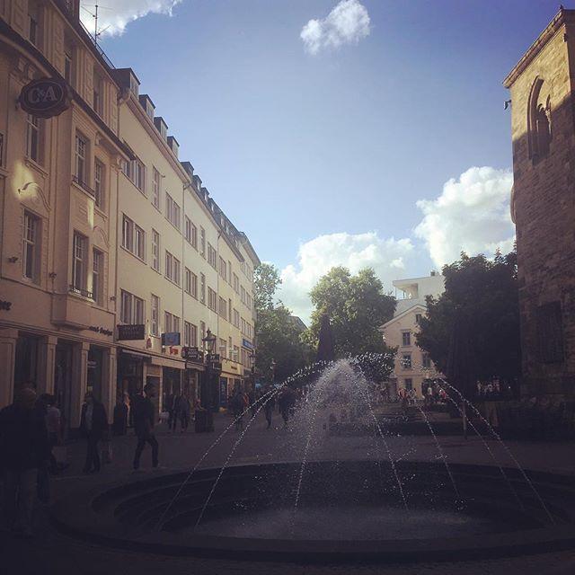 perspective #latergram #bonn #city #ausflug #sunshine #sonnenschein #wolken #clouds #bluesky #sprinbrunnen #spaziergang #happyme #qualitytime #sommer #summer